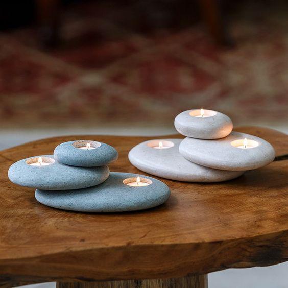 Świeczki w kamiennej aranżacji tworzą tanią i piękną dekorację