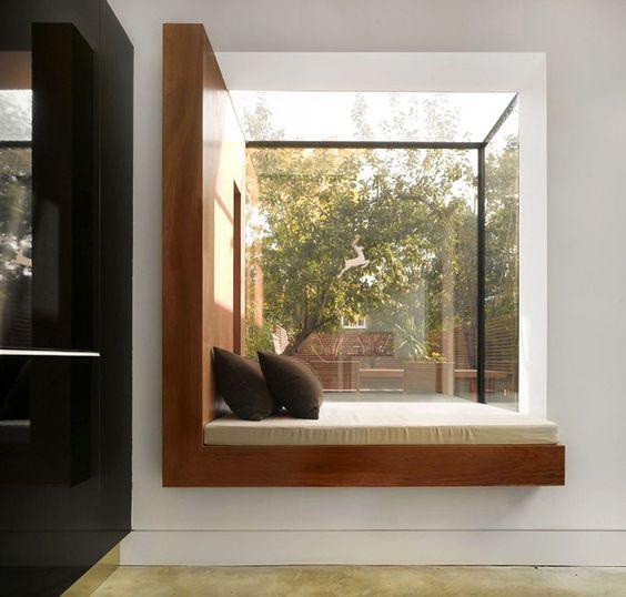 Zaaranżowana wnęka okienna może stać się przytulnym zakątkiem